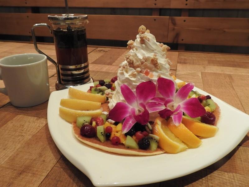 ハワイアンパンケーキ「ホイップ&フルーツミックス パンケーキ」