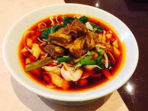 食べ応えある極太の平打ち麺と、辣油の辛さがたまらない。麻辣牛肉刀削麺。